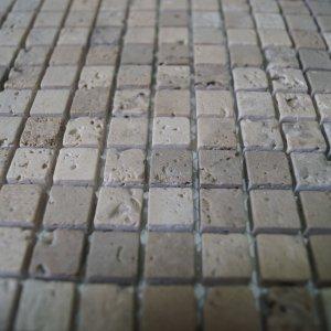 Травертин бежевый галтованный 15х15 фото